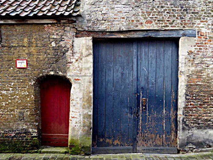 Foto van blauwe dubbele en rode enkele deur