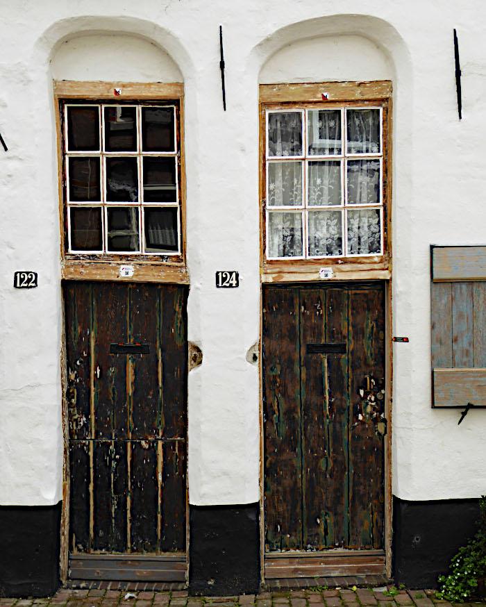 Foto van oude deuren en bovenlichten