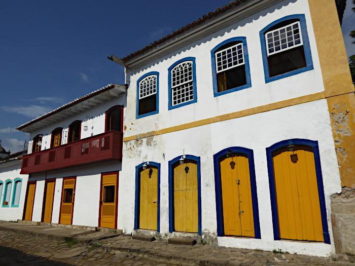 Foto van gevels met kleurige deuren