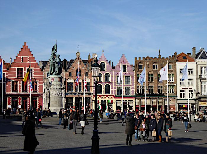 Foto van kleurige geveltjes aan plein