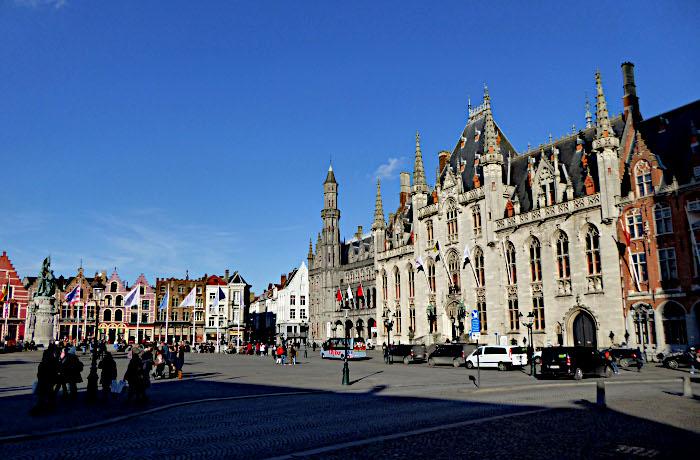 Foto van moumentaal gebouw aan plein