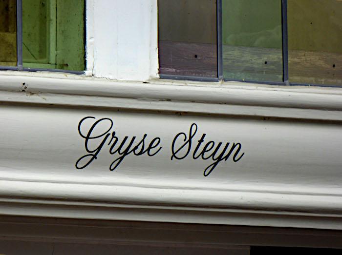 Foto van sierlijke naam op hout 'Gryse Steyn'
