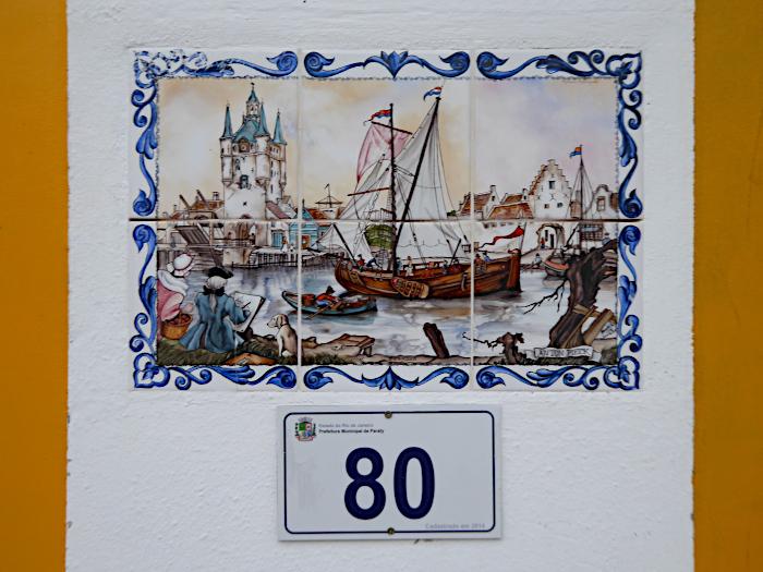 Foto van tegeltableau met boot en kasteel