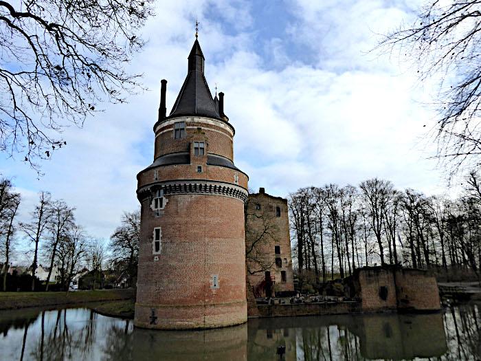 Foto van hoek van kasteel met toren