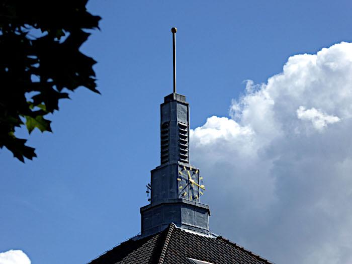 Foto van spitse toren met klok