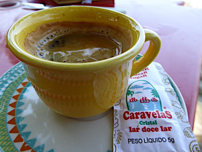 Foto van koffie met suikerzakje van het merk Caravelas