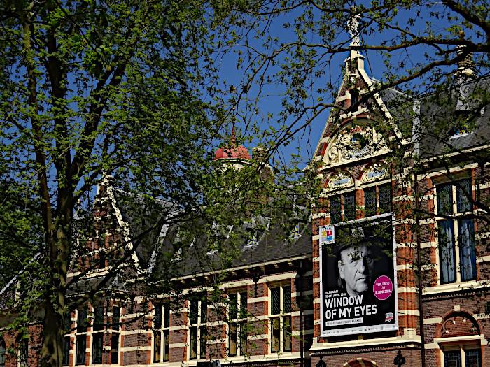 Foto van gevel met affiche van Cuby tentoonstelling