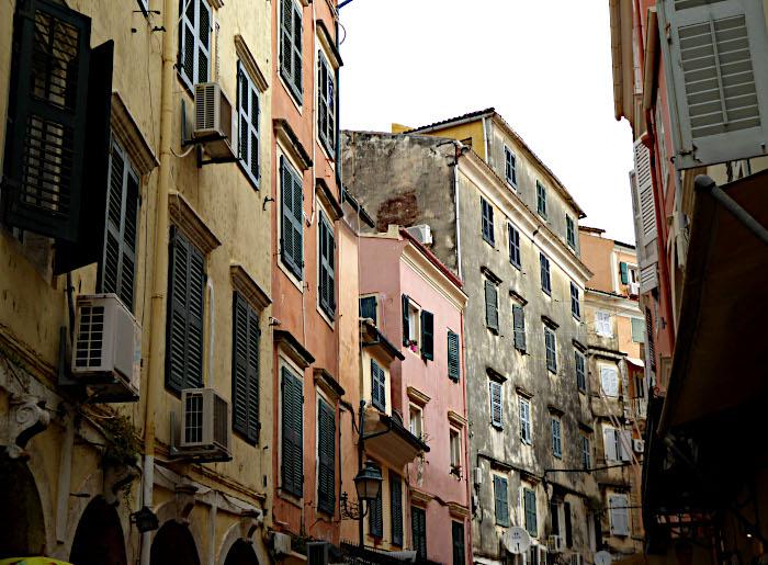 Foto van huizen langs smalle straat