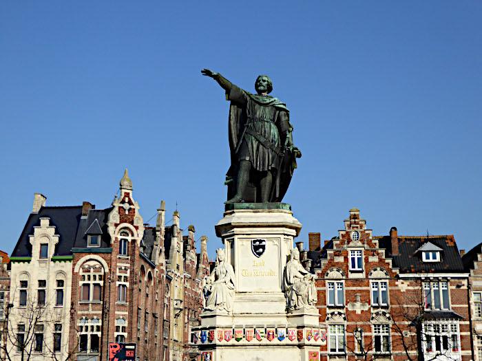 Foto van standbeeld op plein