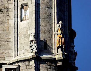 Foto van ridderbeeld aan toren