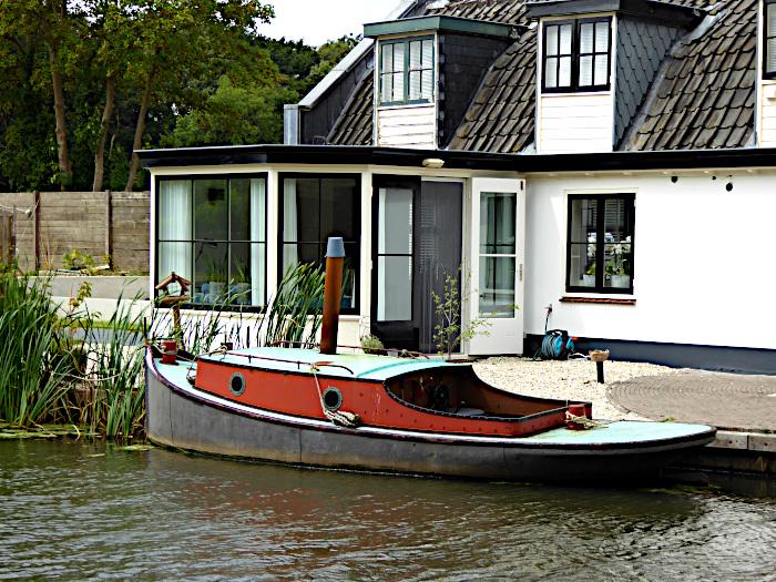 Foto van bootje voor huis