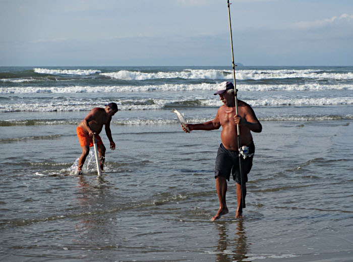 Foto van vissers aan het strand
