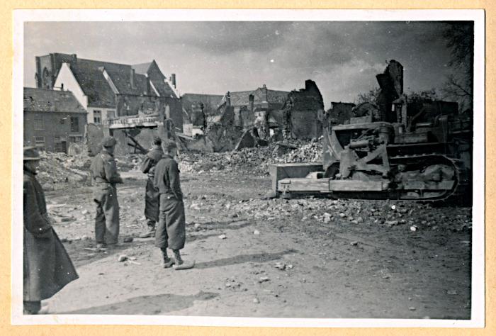 Foto van mannen kijken naar puinruimen met bulldozer