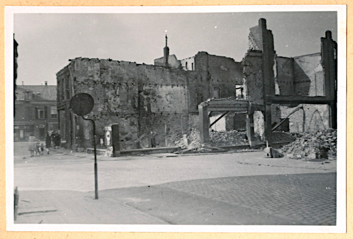 Foto van straat met resten van gebouwen
