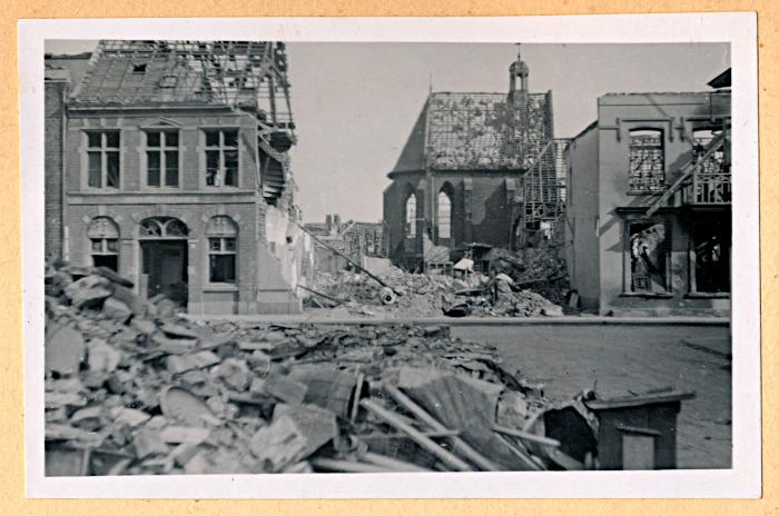 Foto van gebombardeerd huis en getroffen kerk