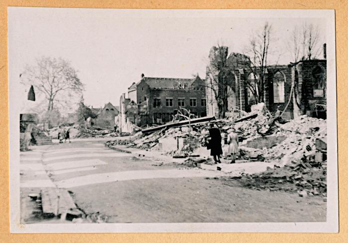 Foto van straatmet verwoeste gebouwen