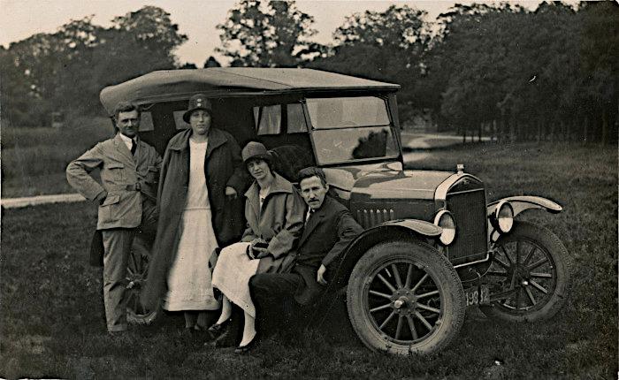 Foto van mensen bij oude auto