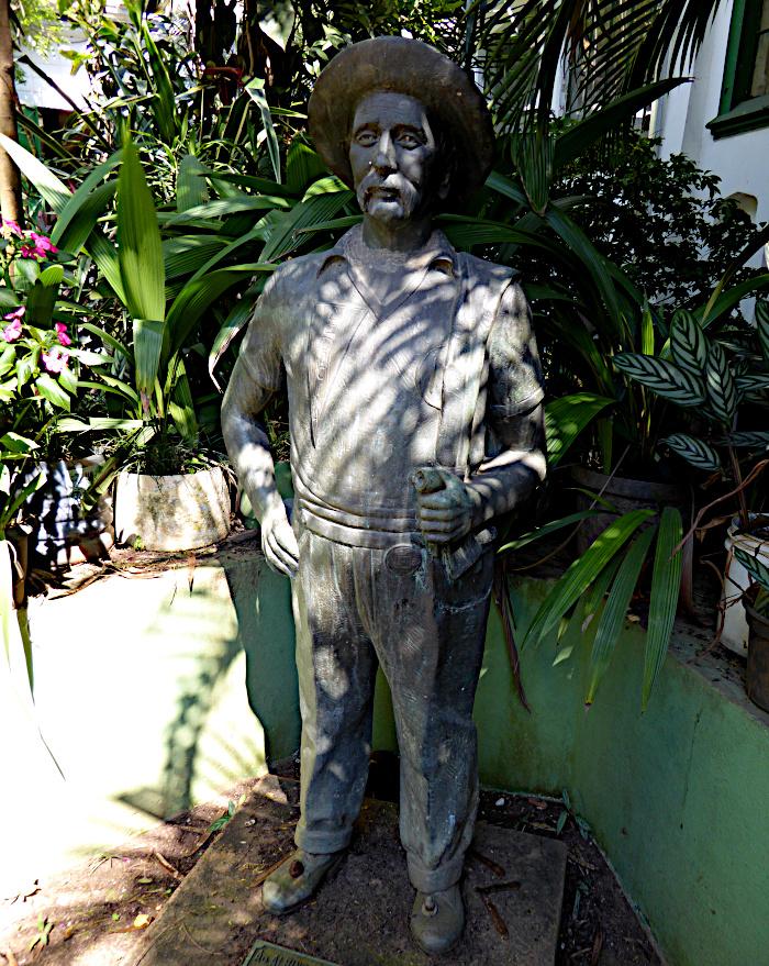 Foto van standbeeld van man
