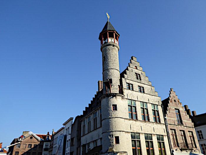 Foto van ronde toren op hoek van gebouw