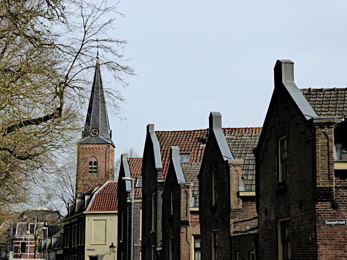 Foto van kerk en gebouwen langs weg