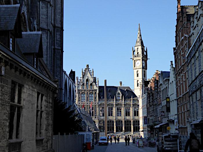 Foto van straat en gebouw met toren