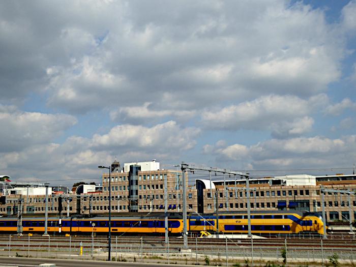 Foto van trein onder wolkenlucht