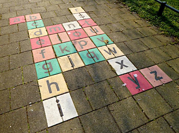 Foto van tegels met letters van het alfabet