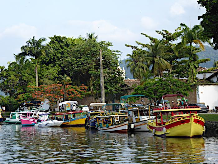 Foto van bootjes aan kade met bomen
