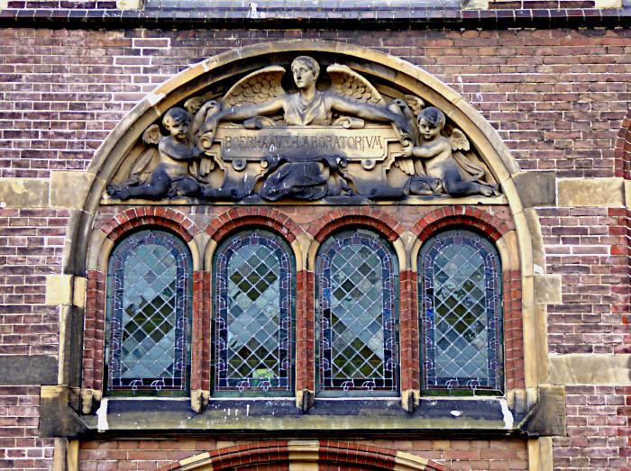 Foto van raam met relief