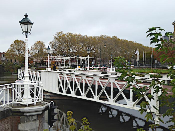 Foto van verder opengaande draaibrug