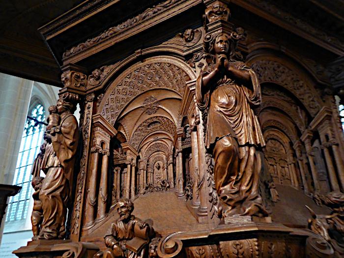 Foto van rijk bewerkte houten preekstoel (detail)