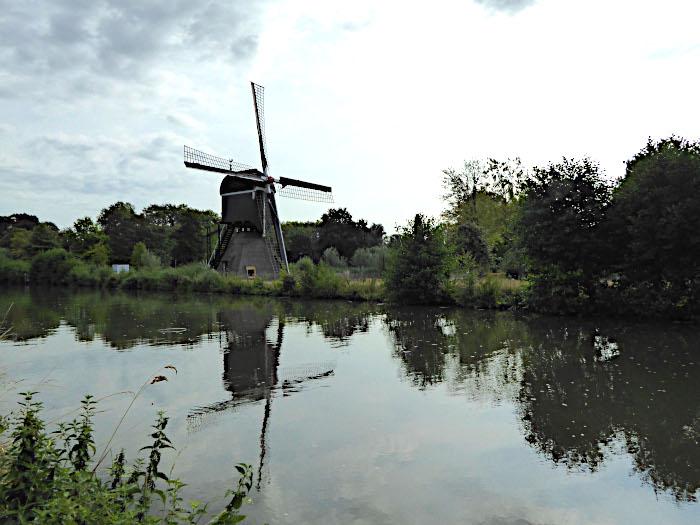 Foto van molen aan water