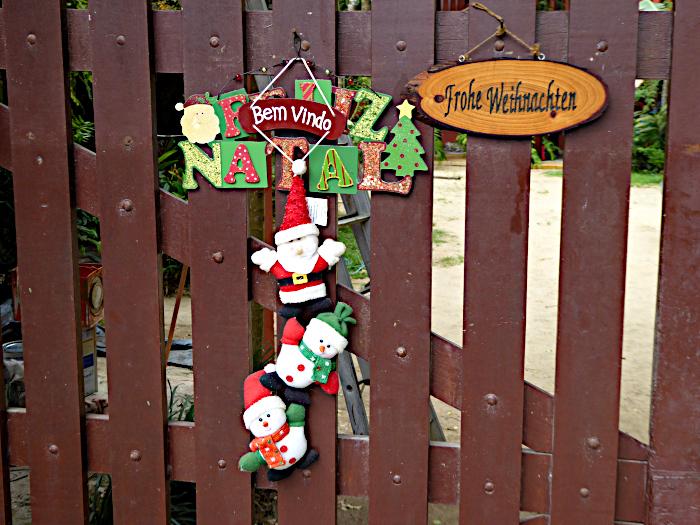 Foto van kerstwens aan hek