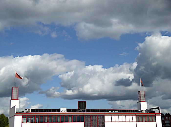 Foto van wolken boven bedrijfsgebouw