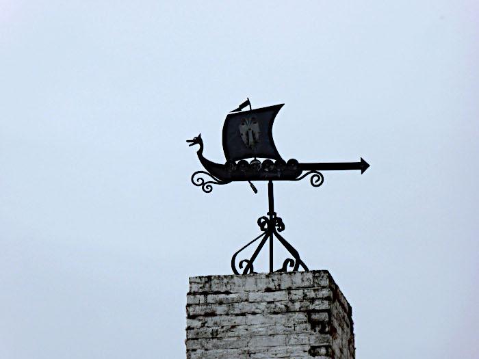 Foto van windwijzer in e vorm van vikingschip