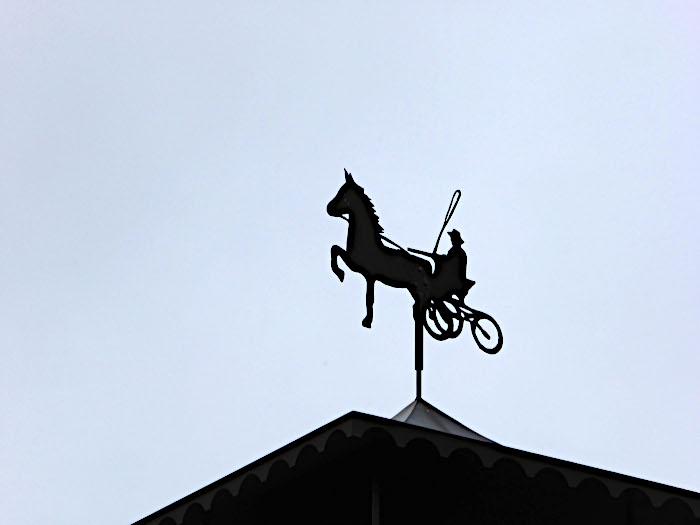 Foto van windwijzer in de vorm van paard en wagen
