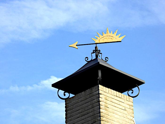 Foto van windwijzer met op- of ondergaande zon