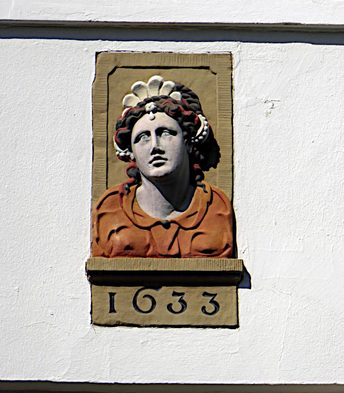 Foto van gevelsteen met vrouwenhoofd