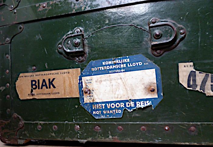Foto van hutkoffer met etiket 'Biak'