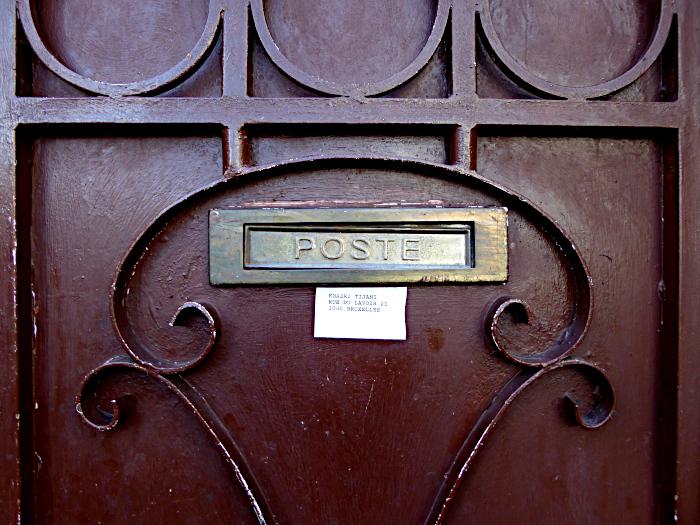 Foto van brievenbus in metalen deur