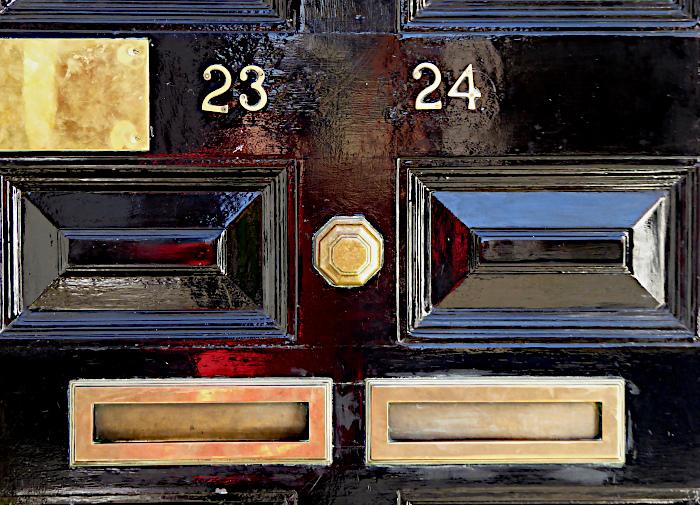 Foto van brievenbussen in houten deur