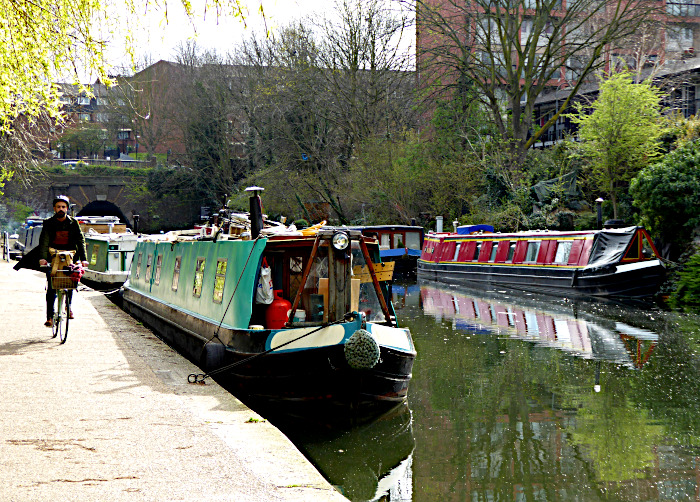 Foto van boten in kanaal