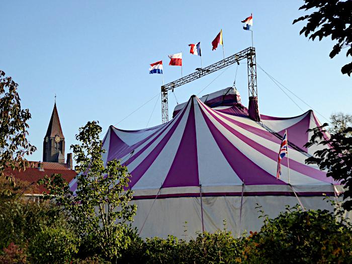 Foto van circustent en vlaggen