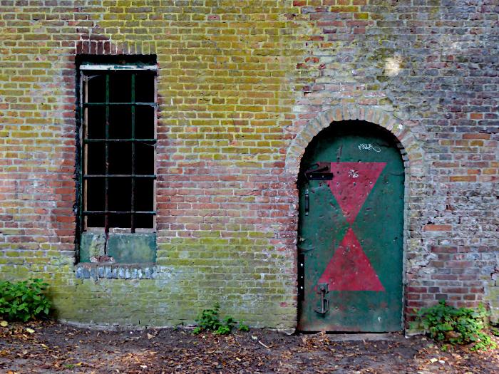 Foto van muur met raam en deur