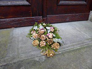 Foto van bloemen voor deur