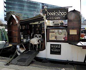 Foto van ingang van boekwinkel op boot