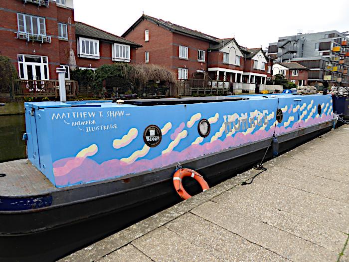 Foto van boot met beschilderde bovenbouw
