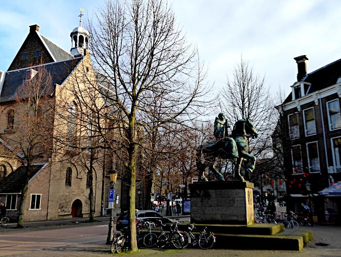 Foto van Janskerkhof met ruiterbeeld en kerk