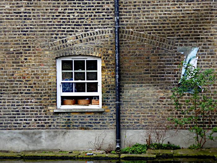 Foto van raam en regenpijp