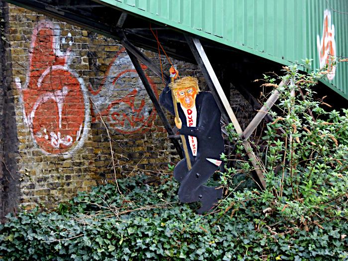 Foto van geschilderde pop: Dump Trump